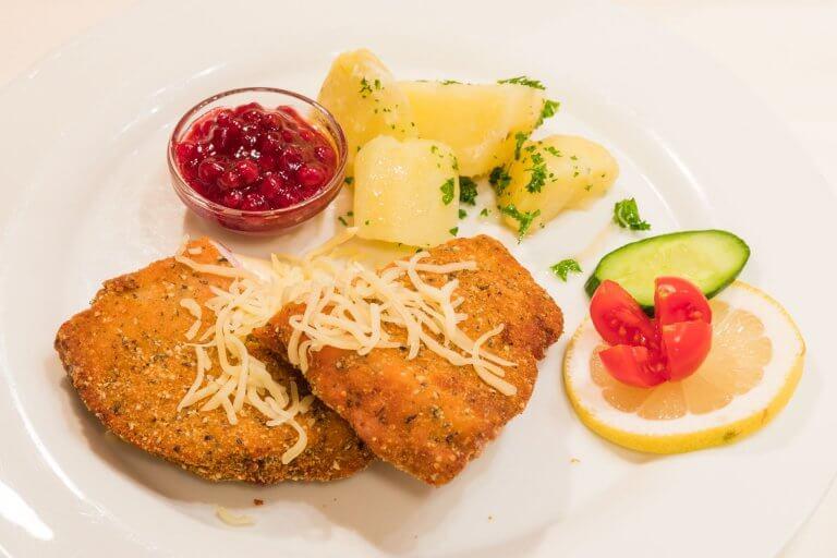 Cordon bleu mit Preiselbeeren und Petersilienkartoffeln