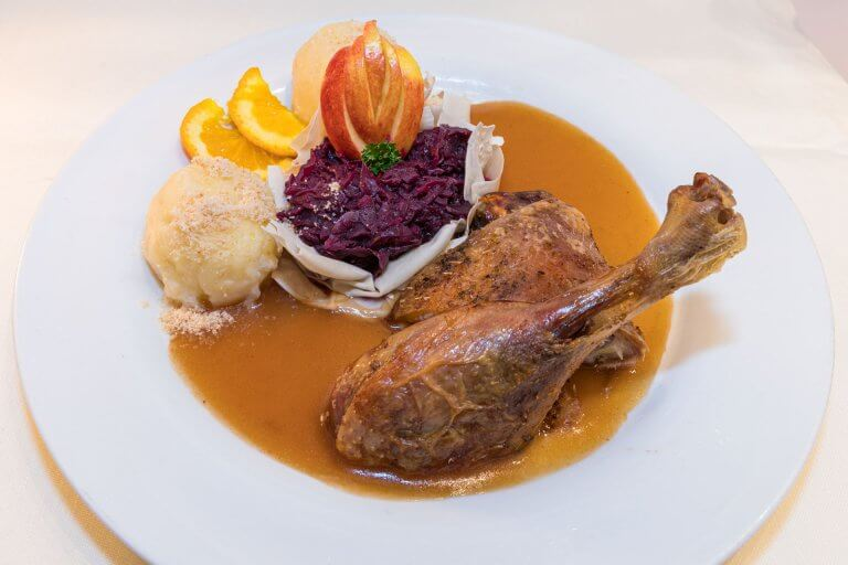 Entenkeule mit Blaukraut und Kartoffelknödel
