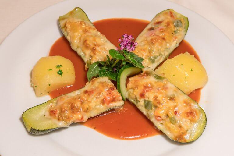 Gefüllte Zucchini auf Toamtenspiegel