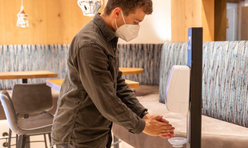 Haende desinfizieren FFP2 Maske Hotel Sonnleiten