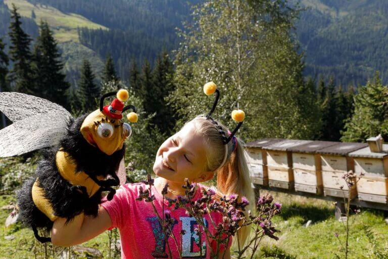 Mädchen mit Biene Line