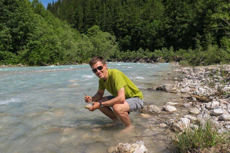 Daniel bei der Larvensuche im Gebirgsbach