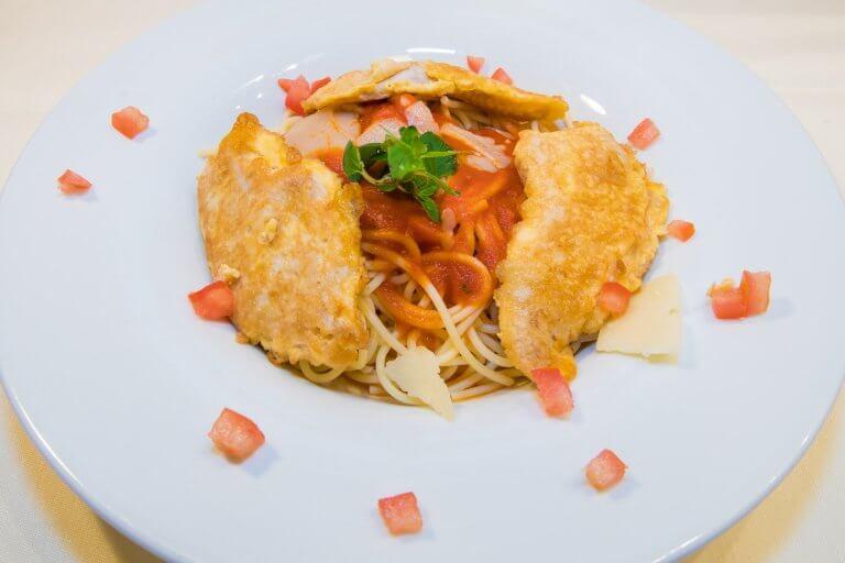 Piccata milanese mit Tomatensauce und Spaghetti