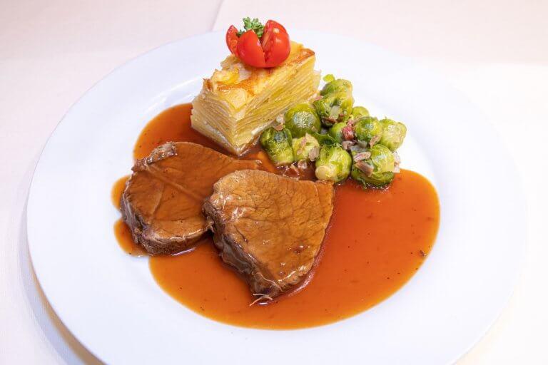 Rindsbraten mit Burgundersauce,  Kohlsprossen und Kartoffelgrati