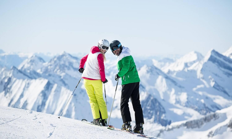 Skifahrer Paar Blick zurueck