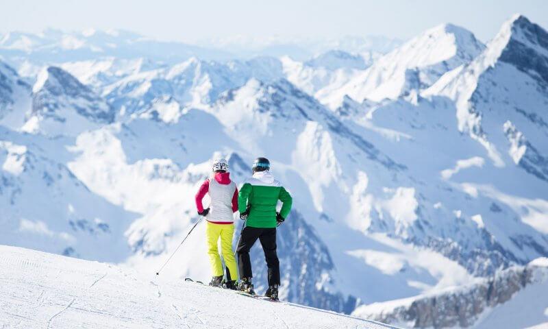 Skifahrer mit Bergkulisse