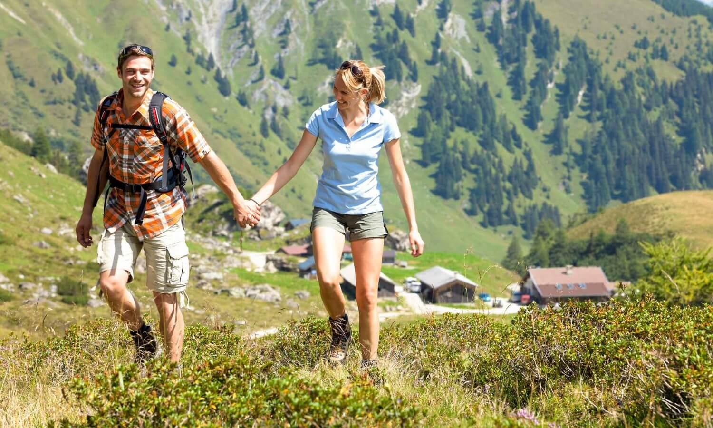Wandern Paar Hand in Hand Stoakasern
