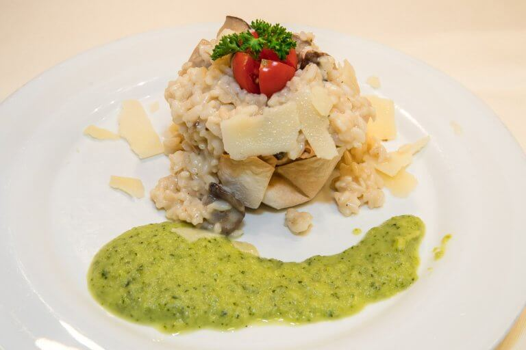 Wildpilzrisotto mit Parmesan und Zucchinipesto